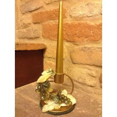 Candeliere in metallo dorato e uva